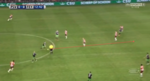 Afbeelding 3: de 0-1 van Feyenoord in het heenduel, mede door toedoen van een steekbal van Jordy Clasie.
