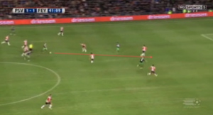 Afbeelding 4: de 1-2 voor Feyenoord in het heenduel, wederom mede door toedoen van een steekbal van Jordy Clasie.